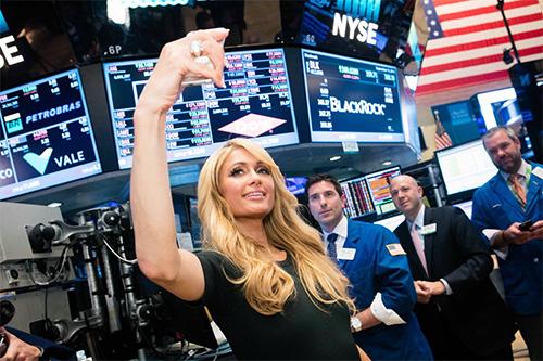 Пэрис Хилтон на Нью-Йоркской бирже. Paris Hilton on the new York stock exchange.
