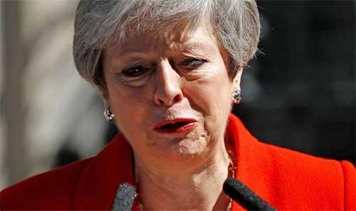 Тереза Мэй объявляет о своей отставке со слезами на глазах.