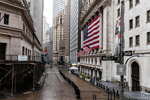 Улица Wall Street опустела. Перед зданием Нью-Йоркской биржи нет людей.